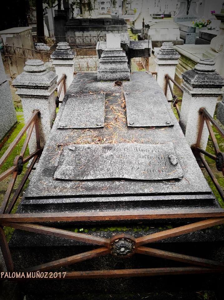 Uno de los patios del cementerio con una tumba en primer plano con una inscripcion sobre la lápida a modo de pergamino. One of the courtyards of the cemetery with a tomb in the foreground with an inscription on the tombstone as a parchment.