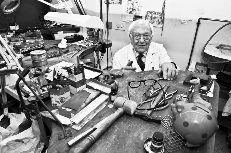 My father Rafael Munoa in our workshop. Mi padre Rafael Munoa en nuestro taller.