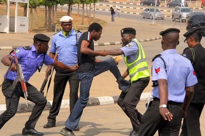 Buzz  Photo Of A Nigerian Man Wrestling With 5 Armed Police Officers Goes Viral