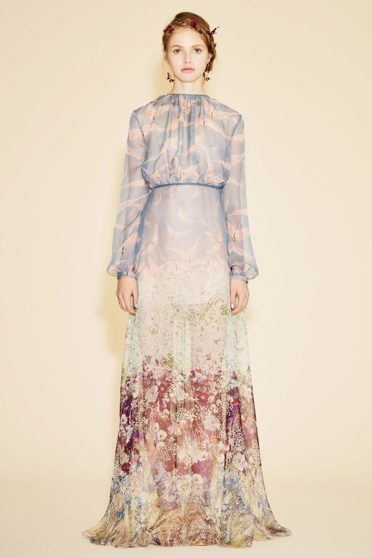 See the complete Valentino Resort 2016 collection.