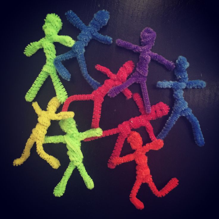These little pipe cleaner people are easy to make and fun to pose with their bendable legs and arms. They measure a little under 3″ when done, and have lots of possibilities for art projects, includin