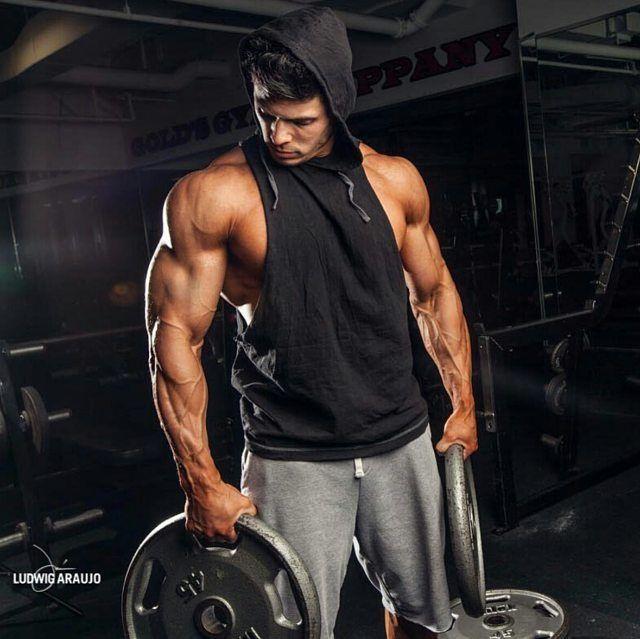 БАЗА     Базовые упражнения для каждой мышечной группы  Базовые упражнения — это основа бодибилдинга. При выполнении базовых упражнений в работу одновременно включаются разные группы мышц и задействованы сразу несколько суставов. Обычно это тяжелые упражнения, выполняемые со свободным весом (штангой или с гантелями). Работая с большими весами и постоянно их увеличивая, вы добьетесь несомненного успеха.  Выполнение базовых упражнений является обязательным, так как именно при их выполнении…