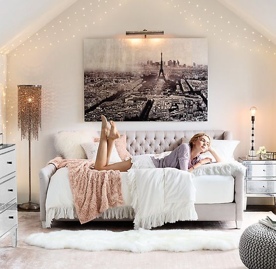The 25 best modern teen bedrooms ideas on pinterest modern teen room room ideas for teens for Young woman bedroom and string lights