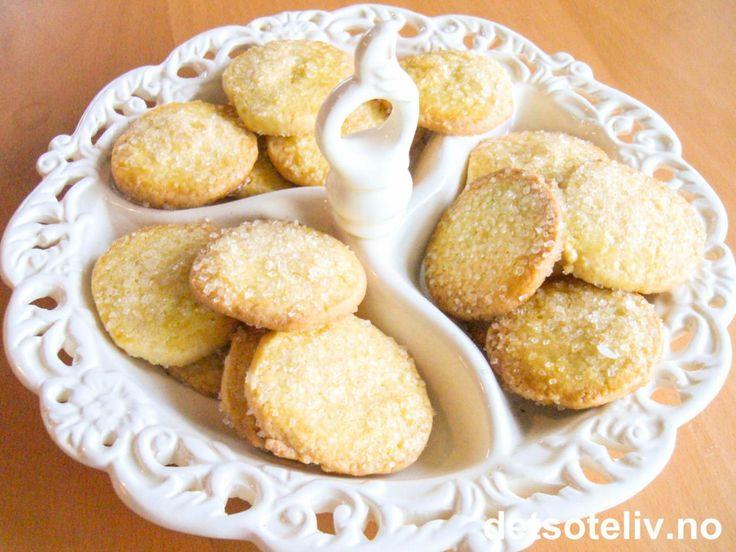 """""""Tyske skiver"""" er tradisjonelle småkaker laget av mørdeig, som ofte bakes til jul. Kakene blir ekstra lekre dersom de pensles med egg og drysses med perlesukker!"""