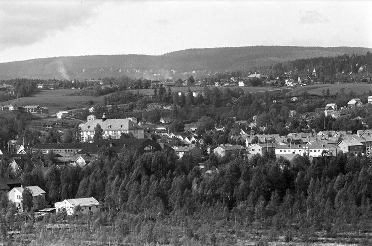 Akershus fylke Skedsmo kommune Lillestrøm sentrum mai 1961, oversiktsbilde bebyggelse. Foto: Brun, Johan