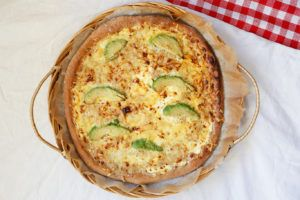 Hvit pizza med avokado og grov bunn - så digg! Jeg er virkelig fan av hvit pizza. Har du ikke prøvd avokado på pizza før så må du bare gjøre det nå. Det føles kanskje litt uvant å skulle spise…
