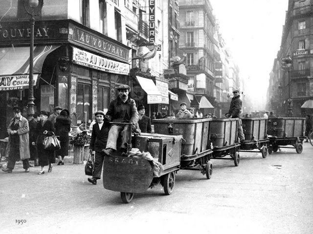 Les   nettoyeurs de rue avaient à disposition un petit   train.   1950