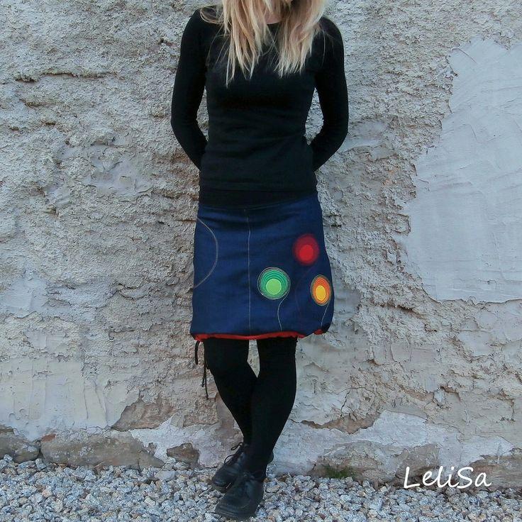 """..riflová balón-víceáčka II..od Lelisy Sukně je ušita z modré džínoviny, pas je všit do úpletu, v dolní části sukně je tunýlek, ve kterém je provlečena šňůrka, díky níž lze sukni nosit dle nálady buď jako áčkovou nebo stažením jako balónovou. Na předním díle je všitá kapsa a aplikace. Sukně je oproti sukním balón-áčka více """"áčková"""", tedy širší ..."""