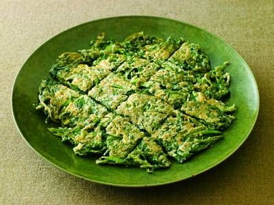 春菊とちりめんじゃこのチヂミレシピ 講師は大庭 英子さん|チヂミは韓国のお好み焼き、薄く焼き上げるのが特徴。春菊のすっきりとした香りとじゃこのうまみで、個性的な一品に。