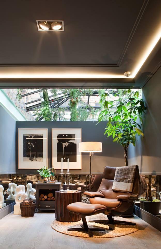 Interesante contraste de luz indirecta en esta espectacular estancia, de la nueva colección en iluminación de Orac Decor, junto con las mas clásicas cornisas y molduras. Venta online: www.exxentdecor.com