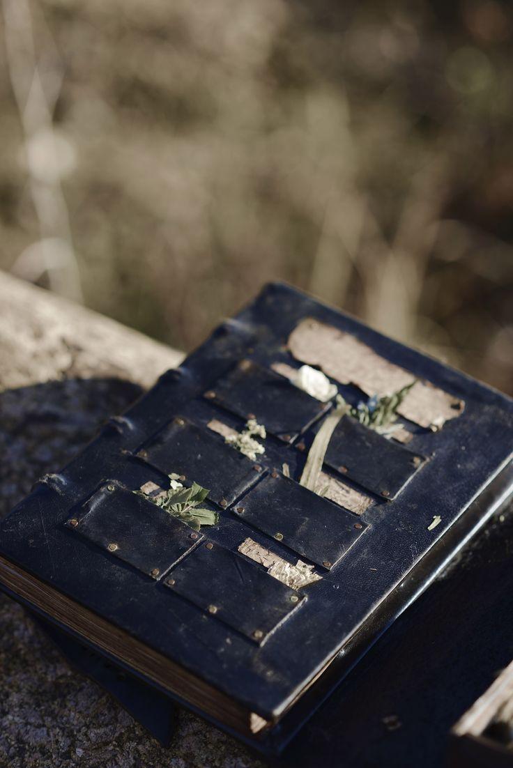 Изготовление книг под заказ. Книга в кожаном переплете. Заказать книгу отзывов в Москве. Делаем гостевые книги в коже под заказ. Персональные именные  книги. Мы можем переплести книгу из кожи и оттеснить  фамилию и имя на обложке.  Bookbinding,  leather, handmade. magic, fantasy, role-playing, магия фэнтези ролевые.