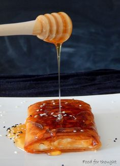 Φέτα τηγανητή με μέλι και σουσάμι.  http://laxtaristessyntages.blogspot.gr/2015/06/feta-tiganiti-me-meli-kai-sousami.html