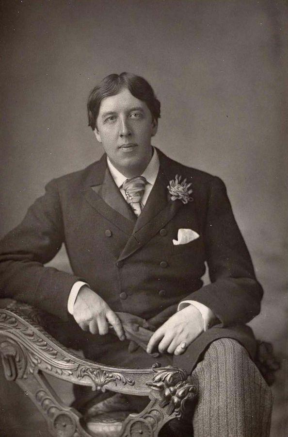 Оскар Уайльд. 1854-1900. Вот он, образец викторианского джентльмена. Этот знаменитый снимок был сделан в то время когда он только завоевывал свою репутацию одного из самых популярных драматургов лондонской сцены