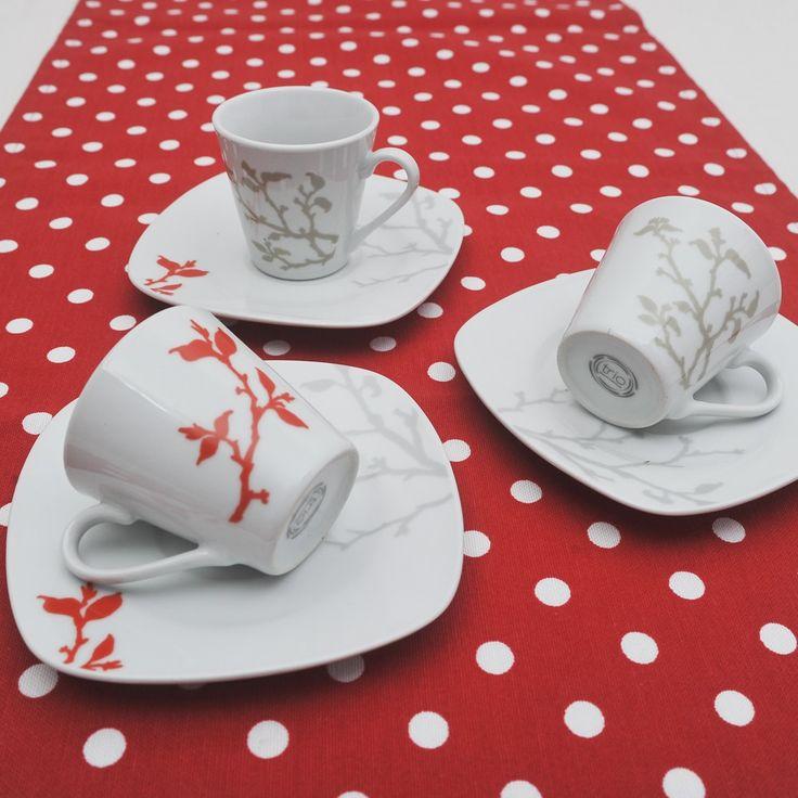 Έξι φλυτζάνια με τα πιατάκια τους για τον ελληνικό καφέ ή τον εσπρέσσο σε χρώμα γκρι και κοραλένιο.