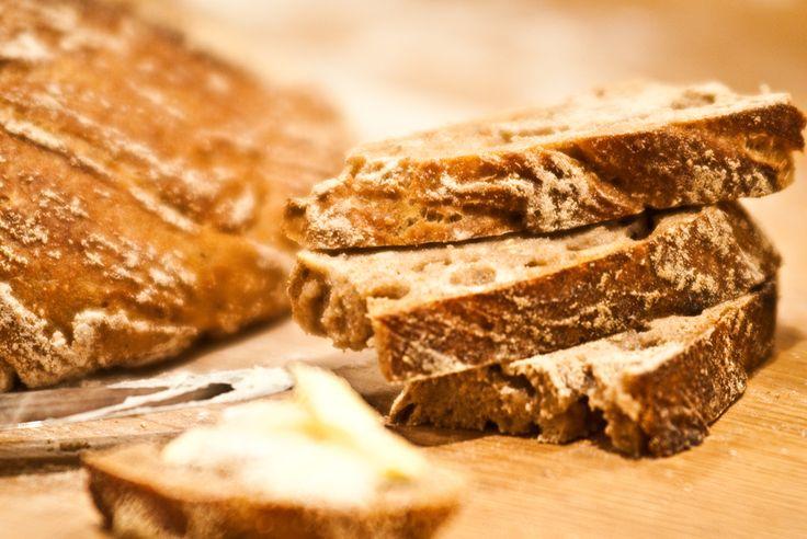 """In der letzten Ausgabe der Frankfurter Allgemeinen Sonntagszeitung las ich einen Artikel über ein neues Backbuch. Es ging um das """"No-Knead-Bread"""", also ein Brot, bei dem man den Teig nicht kneten muss. Diese ursprüngliche Methode eines einfachen Landbrotes kenne ich, sodass ich mich über diesen…"""