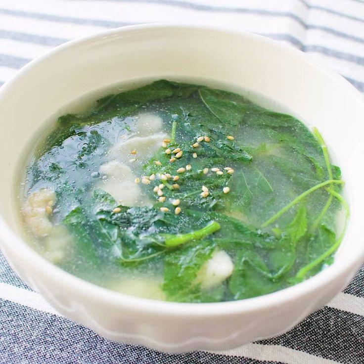 「モロヘイヤと鶏むね肉のトロトロ中華スープ」の作り方を簡単で分かりやすい料理動画で紹介しています。モロヘイヤのとろみが美味しい、中華スープです。鶏むね肉にも片栗粉をまぶすことでとろみが付き口当たりが良くなります。少ない材料で簡単に作ることができるので、忙しい時にもおすすめです。お好みで長ネギやごま油を加えても美味しく仕上がります。