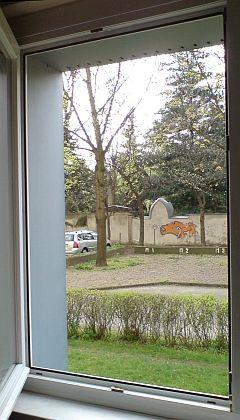 Insektengitter an Isolierglas-Fensterrahmen ohne Klebestreifen...