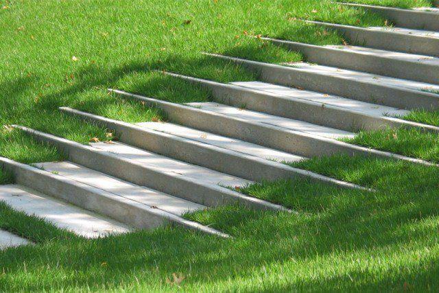 escalier en béton dans le jardin en pente