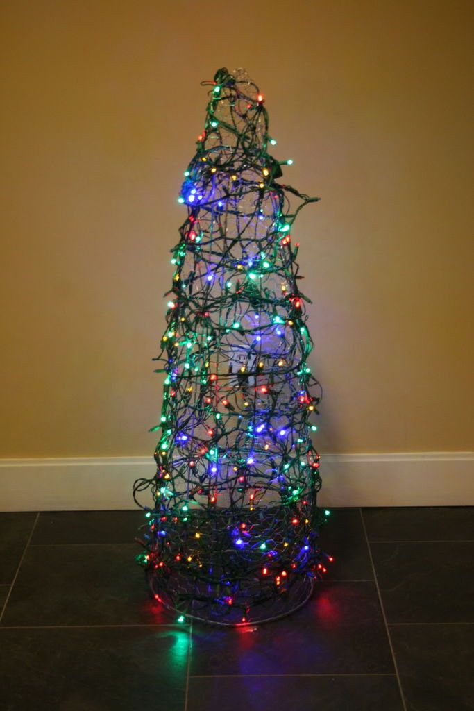 chicken wire christmas tree tomato cage chicken wire. Black Bedroom Furniture Sets. Home Design Ideas