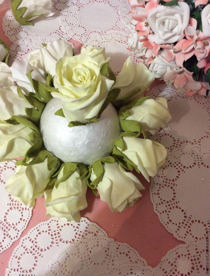 Будем делать розы из фоамирана. Роза отличается миллионом разнообразных видов, в этот раз сделаем закрытые полубокаловидные розочки, а в дальнейшем буду показывать и другике техники сборки роз :) Для букета я использовала фоамиран иранского производства, цвета 002 (айвори) и 003 (крем) из нашей палитры, ничего не тонировала, так как букет поедет в достаточно влажный город к свое…