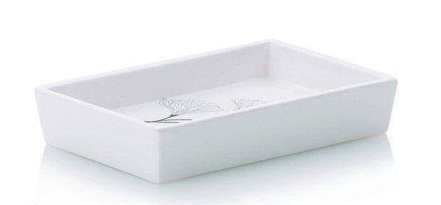 Elegantní miska na mýdlo z edice KALLA, která vás potěší svými čistými liniemi. Miska je zhotovena z kvalitního porcelánu s bílou glazurou a na svém dně je potištěna jemným vzorem květin. Miska má vyvýšené okraje pro zabránění vyklouznutí mýdla z misky.