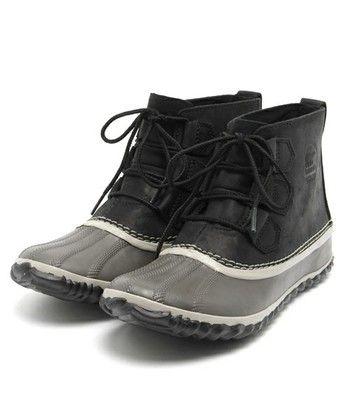 アウトアンドアバウトレザー。黒のショートタイプは、スニーカーっぽく履くこともできますね。グレーのラバーがインパクト抜群で、おしゃれに履けそうです!