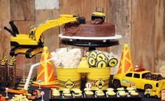 O aniversário de 4 anos do Artur teve um tema nada óbvio: construção! Lúdica e inusitada, a decoração foi composta por tratores, placas, capacetes, cones,