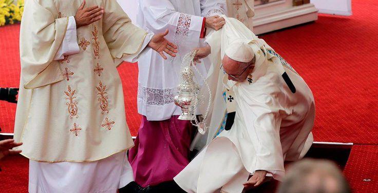"""Uno de los momentos más emocionantes de la ceremonia de acogida de los jóvenes con el Papa Francisco hoy en Cracovia fue ver a un grupo de ellos que con la ayuda de la tecnología permitieron que diversos beatos y santos de la historia de la Iglesia """"cobraran vida""""."""