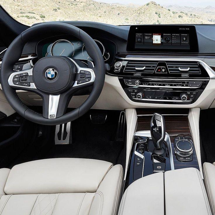 """BMW Série 5: sedã chega em maio por R$ 319.950 Marca alemã confirmou para maio a chegada do novo Série 5 ao Brasil. A sétima geração do sedã será oferecida em duas versões 530i M Sport (R$ 314.950) e 540i M Sport (R$ 399.950). Revigorado por dentro e por fora o modelo traz uma ampla gama de tecnologias de assistência ao condutor: """"Trata-se de um carro com forte apelo emocional repleto de tecnologias e conectividade e que personifica muito do que o BMW Group está desenvolvendo para o futuro…"""