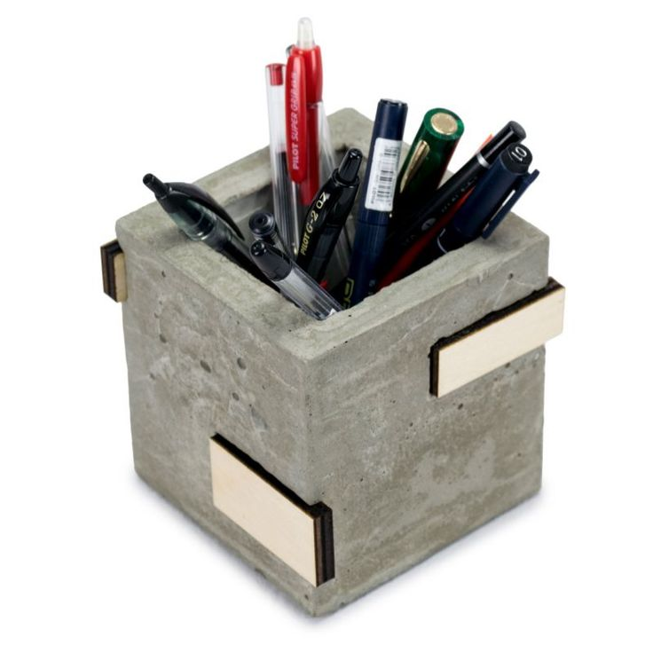 Microstudio Concrete Desk  of Microstudio Set Perpetual Desk concrete, wood and cork. The interpretation of Microstudio from the work desk.