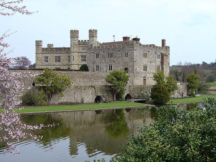 Leeds Castle.В 1278 был значит.перестроен Эдуардом I Длинноногим для его 1-й жены, Элеоноры Кастильской. Сооружён тройн.барбакан (башня,вынес.за периметр стен замка,охран.подступы к мосту или воротам), каждая часть его имела собств.вход,разводной мост,ворота.До 1318 замок входил во вдовью долю королев Англии,в нём подолгу жила 2-я жена кор.Маргарита Французская.По смерти мачехи Эдуард II обменял Лидс на поместье Эддерли в Шропшире,принадлеж. лорду Бартоломью Бадлсмиру.
