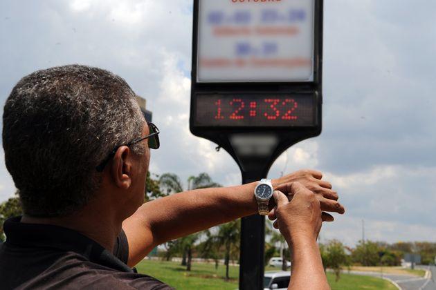 Os relógios devem ser atrasados em uma hora no próximo domingo   Renato Araújo /Arquivo/Agência Brasil