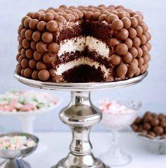 En härlig maltesers-goding från min kakbok. Fotot är taget av Ulrika Pousette  Smörj formen med smör, men bröa inte, då fastnar ströbrö det i krämen som du ska täcka tårtan med. Tårtbottnar är lättast att jobba med när de har varit frysta. Det här behöver du 1 tårta ( … Läs mer