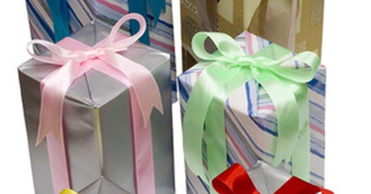Regalos de cumpleaños divertidos para los hombres. Comprar regalos para hombres a veces es una tarea difícil. Sin embargo, si el hombre en tu vida tiene sentido del humor y va a celebrar un cumpleaños importante, crear una canasta de regalos divertidos es una fantástica idea. Las siguientes ideas de regalos apuntan a un cumpleaños número 21 y 40, así como a quien se va a casar. Estos regalos están ...
