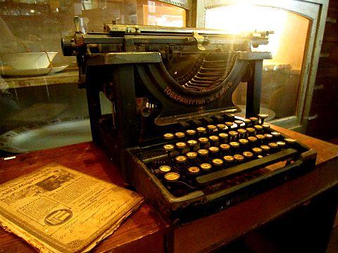アンティーク ロシア語タイプライターとても古く約100年前のタイプライターではな...