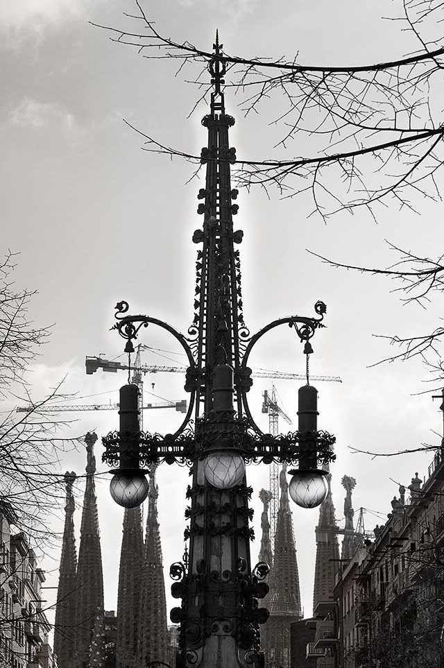 There was a time when this modernist lamp post along with other three, were part of an imaginary geometric figure on a square at the intersection of Avinguda Diagonal and Passeig de Gracia known as Cinc D'Oros. Although the decision to make the square dates back to 1907, meant to honor Pi i Maragall, president of the Republic, it wasn't till 1915 that the place was fully conditioned.  The lamp posts, later fixed on the stones, were made in 1909 by architect Pere Falqués.