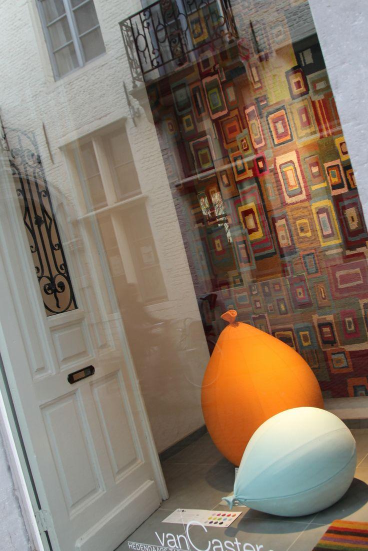 In hartje Mechelen verweeft Tapijten van Caster de traditionele Oosterse knoopkunst met hedendaagse moderne kunst. Onderga die creativiteit in uw eigen landschap, uw biotoop !