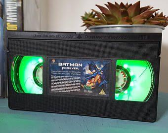 VHS retrò Batman Marvel Superheroes originale notte luce lampada da tavolo. Ordinare qualsiasi pellicola film o attore! Grande dono personale. Ufficio, camera da letto!