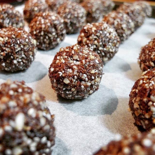 Ate these yummy snacks for morning tea with my fellow naturopath @lauragale_nat after our morning walk. Cacoa coconut chia balls. Try these amazing bite size snacks. Recipe link in bio #proteinballs #chia #magnesium #hazelnuts #almonds #brazilnuts #whatnaturopathseat #recipes #healthyeating #nutrition #naturopath #organicfood #foodasmedicine #quicksnack