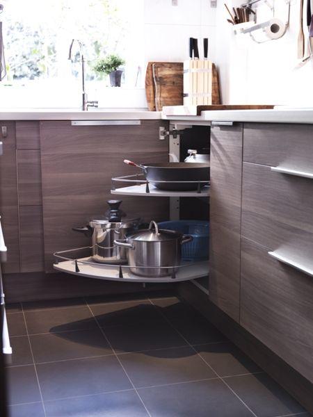 En las esquinas del fondo de la cocina los armarios tienen que tener estos mecanismos