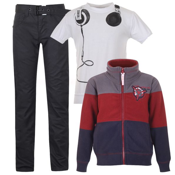 Черные джинсы, белая футболка с модным принтом и флисовая толстовка в полоску - это стиль casual.