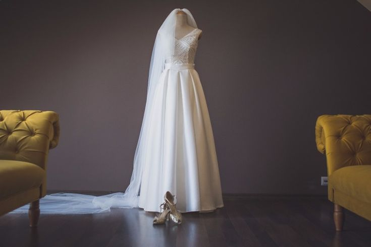 Piękna suknia wyszywana kamieniami Swarovskiego.