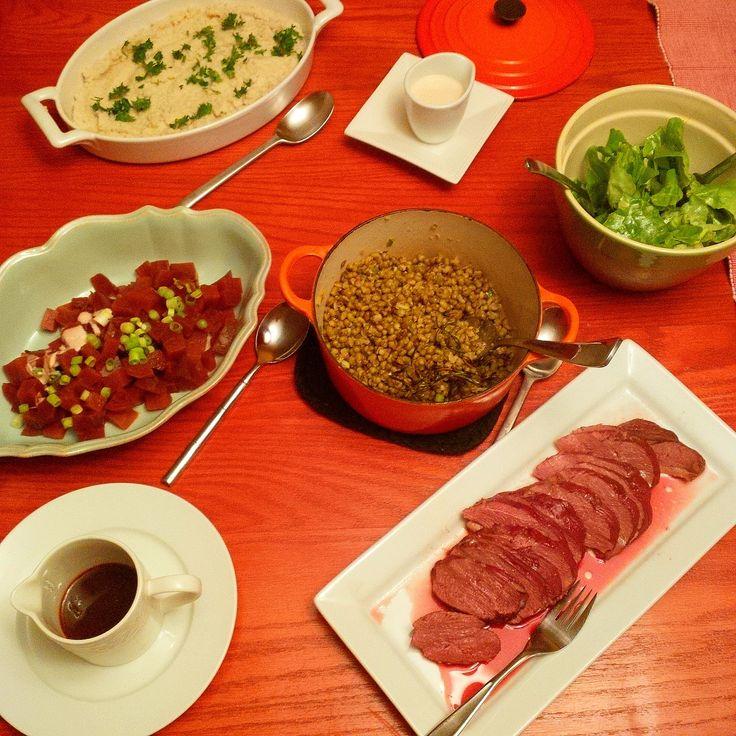 Overview of a Thanksgiving table mixing Vegan & Duck Meat Lovers! #ABCuisine #Thanksgiving // Vue aérienne du compromis culinaire végétalo-carnivore! #ActionDeGrâce