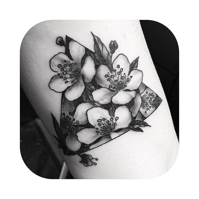 【rebekatattoos】さんのInstagramをピンしています。 《Cherry blossom triangle in Angie's inner arm, thanks so much!!  @scorpiontatu #tattoo #blacktattoo #blackandgreytattoo #flowers #flowertattoo #cherryblossoms #cherryblossomtattoo #botanicaltattoo #triangletattoo #customtattoo #rebekatattoos》