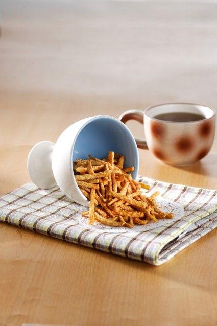 Camilan atau makanan ringan seperti keripik memang sangat pas dinikmati diwaktu senggang. Seperti keripik talas pedas buatan sendiri ini.