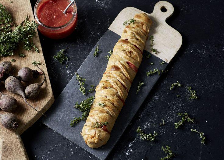 Flettet pizzabrød med creamy blue, rødbeder, pinjekerner og timian - Castello Danmark