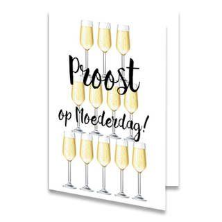 Een Moederdag kaart met een toren van glazen met champagne. Hiervoor staat de tekst ''Proost op Moederdag!'' in zwarte letters. De achtergrondkleur is wit en kun je zelf online instellen. Ook aan de binnenkant van het kaartje is de achtergrondkleur wit, en weer instelbaar, met links onderin één glas champagne geplaatst.