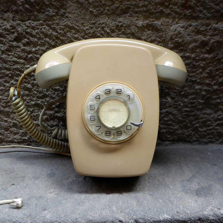 Antiguo teléfono Heraldo Post Mural de Citesa de color gris/beige. En muy buen estado de conservación, pulido y limpio, funciona y está listo para enchufarlo. Viene con su zócalo original de anclaje a la pared. Ojo!! Funciona en líneas analógicas actuales de Telefónica, Ono, Jazztel y Telecable. No funcionan en lineas digitales o fibra óptica …