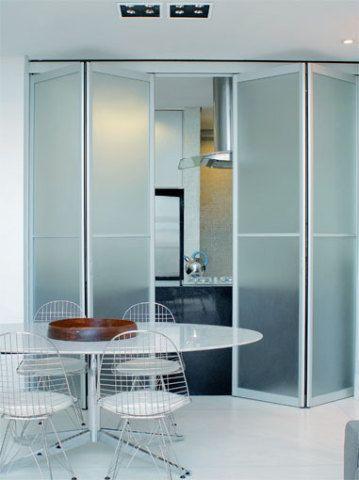 5 m²: Portas-camarão de alumínio e vidro italiano metalizado são o trunfo...