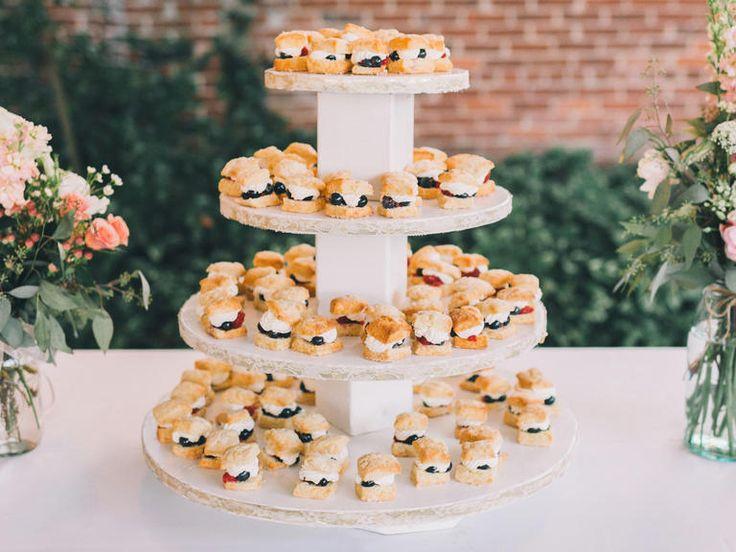 Even iets anders dan de traditionele #bruidstaart? Gebakjes, scones of cupcakes zijn leuke alternatieven!